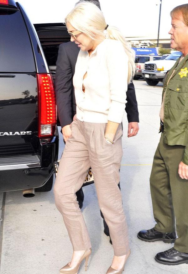 Lindsay Lohan có mặt tại tòa án tối cao Los Angeles để báo cáo tiến độ quản chế trước thẩm phán Stephanie Sautner.