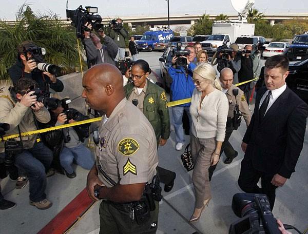 Mỗi lần Lindsay Lohan hầu tòa là các phóng viên, tay săn ảnh lại bận rộn.