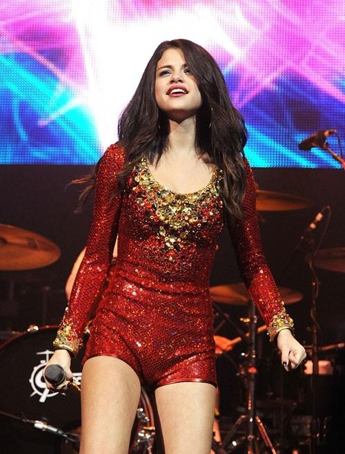 Sân khấu nóng lên khi Selena xuất hiện, nhất là khi cô diện trang phục 'thiếu vải' đến mức này.