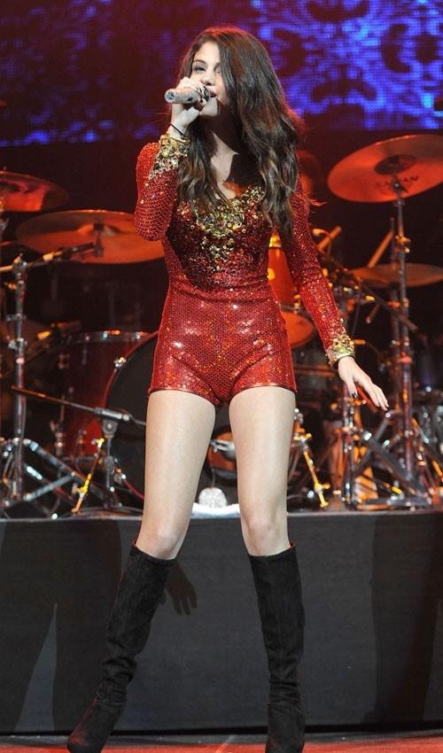 Bộ phục trang này của Selena Gomez do nhà thiết kế Marco Marco thực hiện.