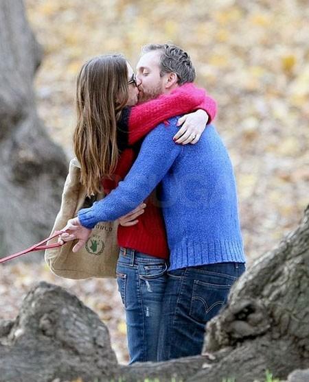 Cặp đôi mới đính hôn, Anne Hathaway và Adam Shulman chia sẻ nụ hôn ở Manhattan vào tháng 11.