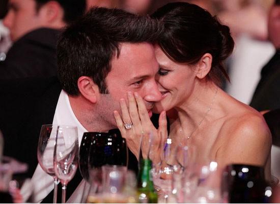 Jennifer Garner dành một nụ hôn lên má chồng, Ben Affleck trong bữa tiệc Critics Choice Awards hồi tháng 1 tại Los Angeles.