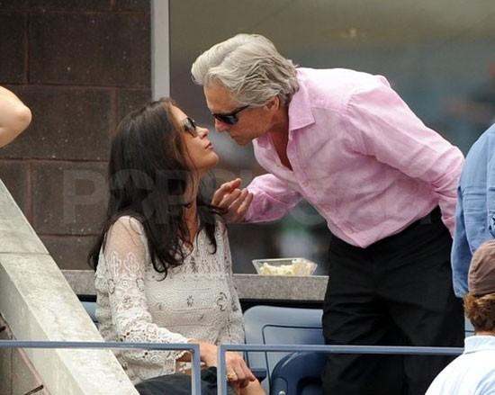 Michael Douglas hôn lên má vợ, Catherine Zeta-Jones trong trận tennis ở New York vào tháng 9.
