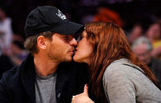 Drew Barrymore hôn bạn trai Will Kopelman hồi tháng 4 vừa qua tại Staples Center ở Los Angeles.