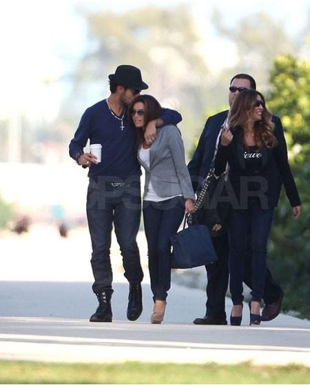 Eduardo Cruz nhẹ nhàng hôn lên tóc Eva Longoria khi đi dạo ở Miami vào tháng 2.