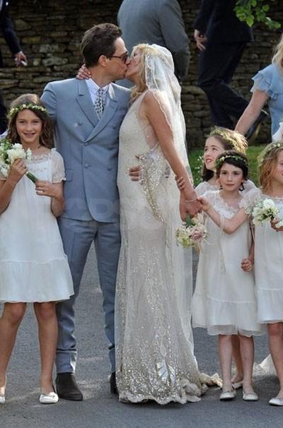 Kate Moss làm đám cưới với Jamie Hince tại một làng quê ở Anh vào tháng 7.