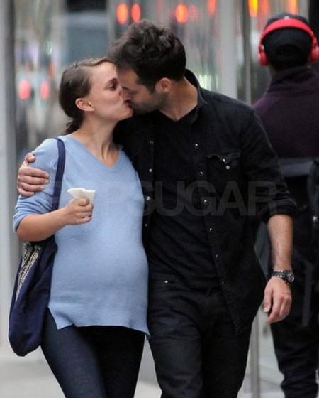 Natalie Portman và Benjamin Millepied không thể buông tay khỏi nhau khi đi bộ ở New York hồi tháng 5.