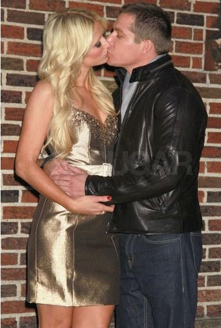 Paris Hilton ôm hôn bạn trai Cy Waits bên ngoài studio chương trình 'Late Show' ở New York hồi tháng 2.