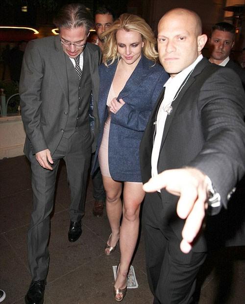 Nhà thiết kế nhẫn đính hôn cho Britney, Neil Lane cho biết: 'Jason là người rất lãng mạn. Khi tôi đề nghị anh ấy miêu tả về Britney để tôi có thể thiết kế một chiếc nhẫn hợp với cô ấy, Jason chỉ luôn nói, Britney là công chúa của anh ấy.'