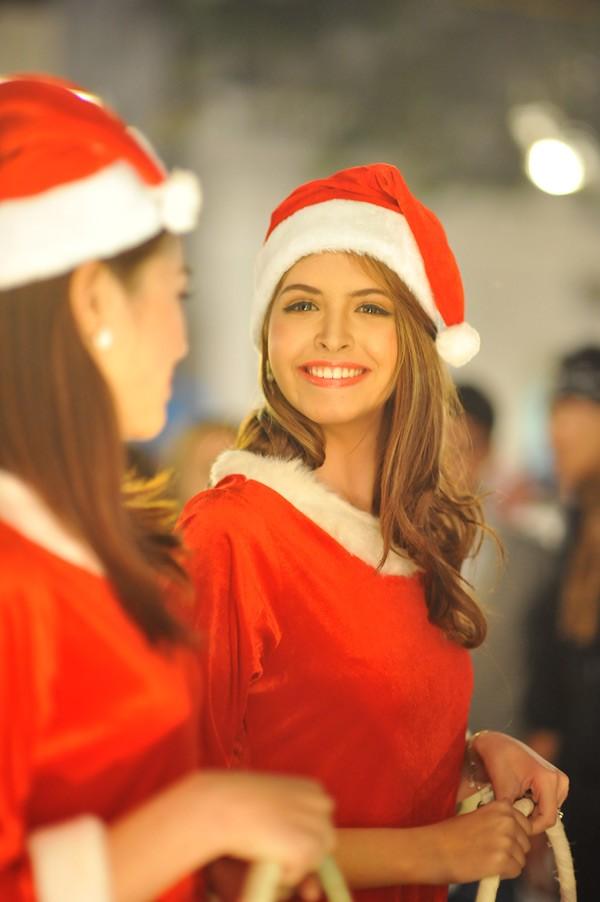 Cuối tuần qua, trong buổi hòa nhạc Lula Concert trên phố Lý Thái Tổ (Hà Nội) trở nên đông vui, tấp nập hơn khi có nhiều người mẫu diện trang phục Giáng sinh đi phát quà cho khán giả. Nổi bật nhất trong số đó là ngườ