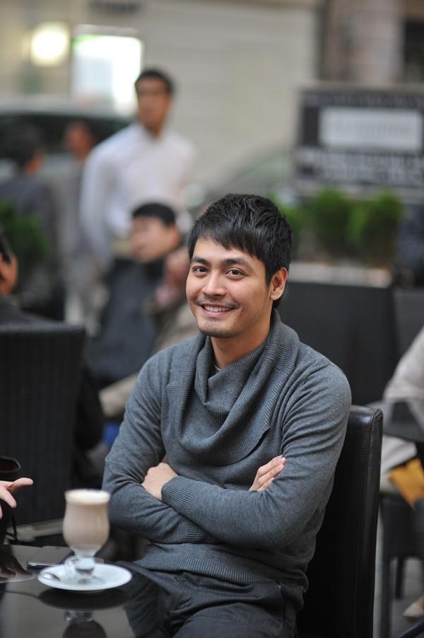 """Dưới hàng ghế khán giả, nhiều người nhận ra MC Phan Anh của """"Cặp đôi hoàn hảo"""". Anh ngồi lặng lẽ bên tách socola nóng và thưởng thức những bản nhạc cổ điển."""