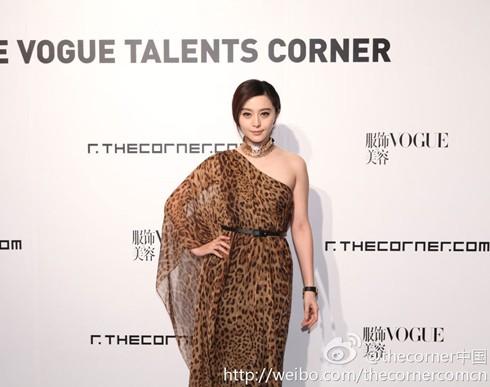 Người đẹp họ Phạm kiêu sa trong họa tiết da báo tại một buổi lễ của tạp chí Vogue. Ảnh: Xinhuanet.