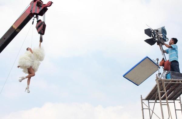 Tập 12 của Vietnam's Next Top Model phát sóng vào lúc 20h, ngày 25/12 được hứa hẹn là một trong những tập hấp dẫn nhất của chương trình khi các thí sinh được trải qua nhiều thử thách thú vị như chụp ảnh với cần cẩu trên cao, một mình chạy đi máy tìm đường đến các điểm casting người mẫu hay buổi chụp ảnh thú vị bên cạnh các ngôi sao nổi tiếng như Phi Thanh Vân, Hương Giang… theo lời mời của tạp chí thời trang Her World.