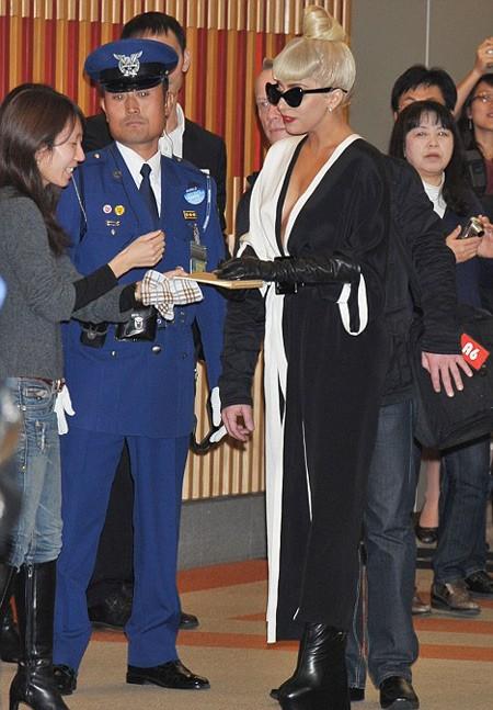 Cô chào tạm biệt fan Nhật Bản để trở về New York đón Giáng sinh bên gia đình.
