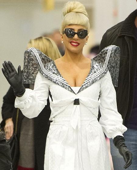 Sau chuyến bay dài, Lady Gaga có mặt ở sân bay LAX với một trang phục khác, ấn tượng không kém.