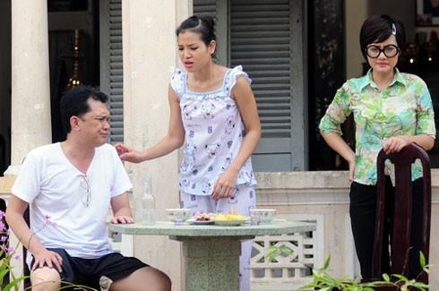 Vợ chồng Tết (Tiêt Cương - Phương Trinh) tìm mọi cánh tranh phần thừa kế với nàng Xuân hậu đậu do Ngọc Lan thủ vai (phải).