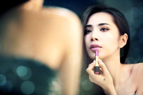 Chọn hình ảnh cô gái tự tay trang điểm trước gương, nữ ca sĩ muốn nói lên ý thức gìn giữ và phát huy lợi thế hình thể của bản thân.