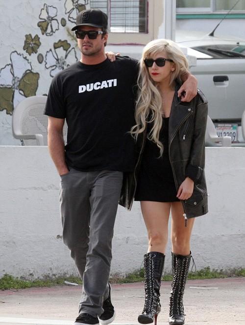 Lady Gaga và Taylor khoác vai nhau đi chơi ở California. Ảnh: Coleman.