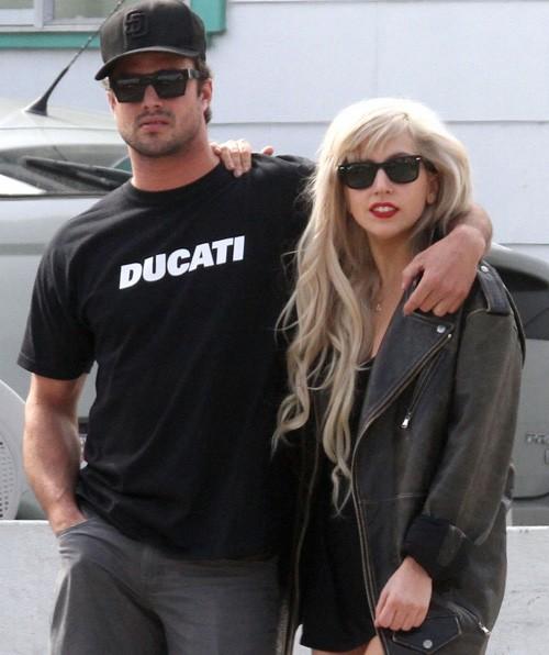 Gaga thoải mái để paparazzi chụp ảnh mình và bạn trai. Ảnh: Coleman.